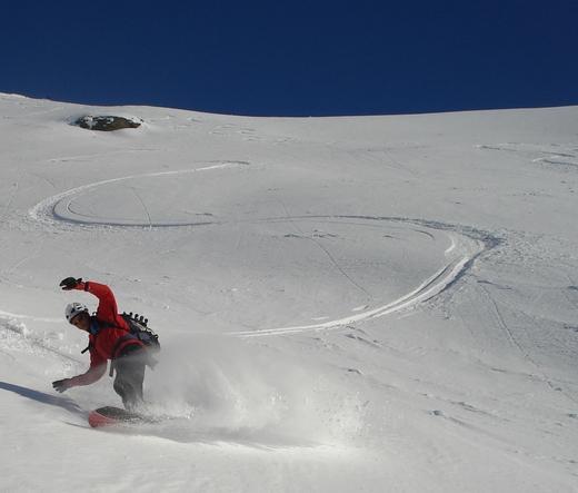 Lo snowboarder fà volare la powder...