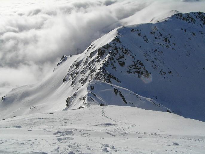 La cresta finale con il mare di nuvole alle spalle