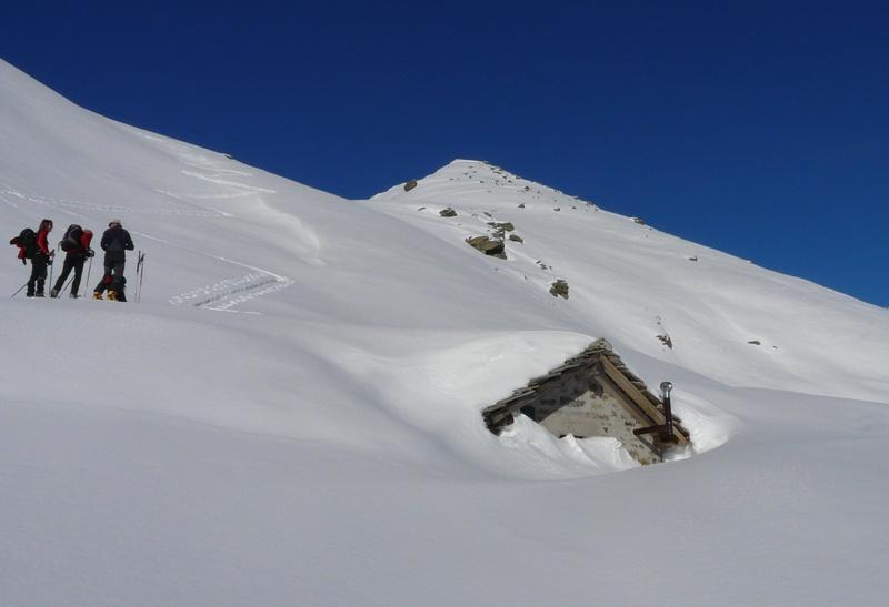 baita quasi completamente sotto la neve