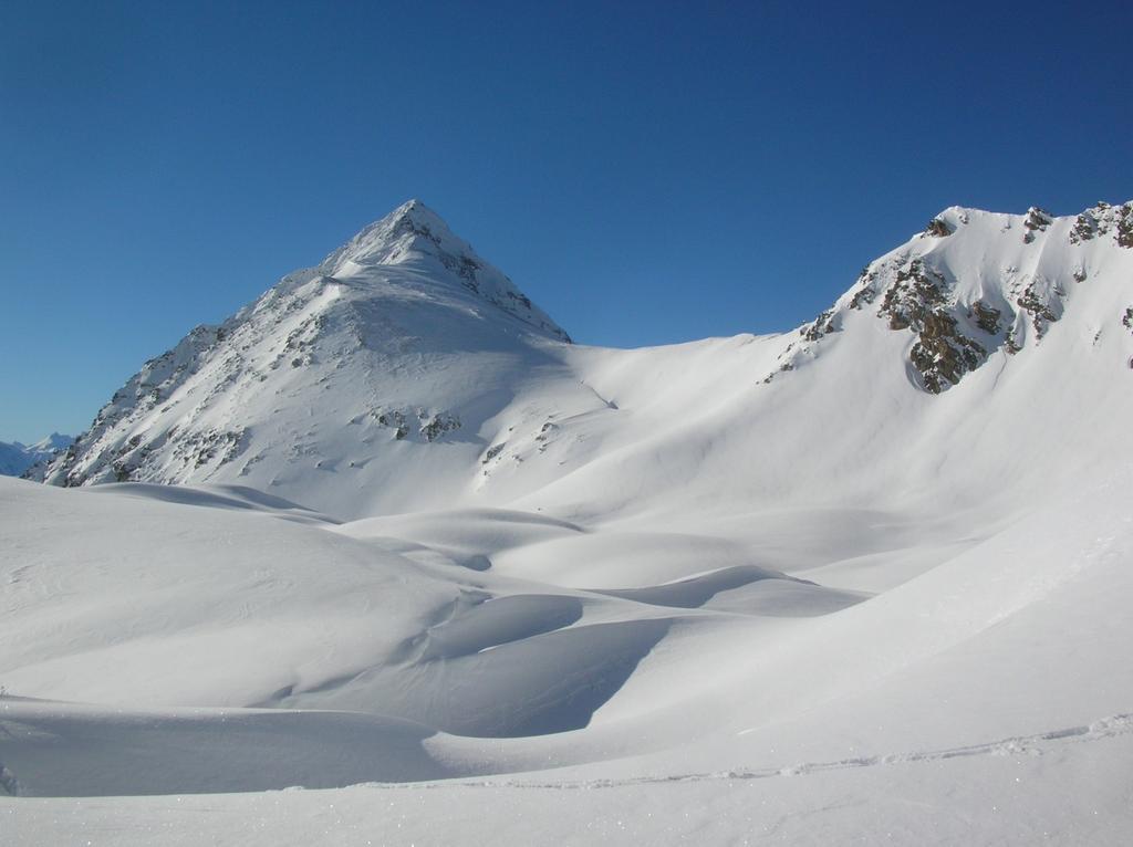 La valletta che adduce al Colle di Vessona (2789m) dal versante Breva. Sulla sinistra la sommità del Monte Faroma (3073m).