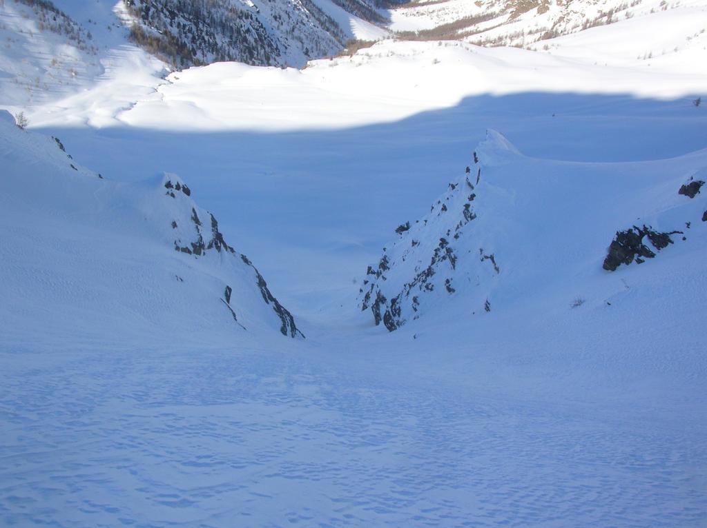 Canale che scende direttamente sul pianoro dell' Alpe l' Ardamun.