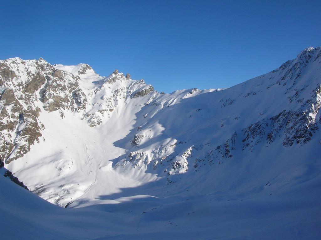 Cima Franco Nebbia (3205m), Monte Pisonet (3205m), Denti di Vessona e Colle di Vessona (2789m) alla testata della Comba di Vessona. In basso i numerosi canali che scendono direttamente sul pianoro dell' Alpe l' Ardamun.