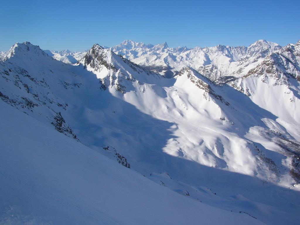 Testata della Comba di Vessona con il pianoro dell' Alpe l' Ardamun: da sinistra a destra si riconoscono la Punta Verdona (2868m), il colle Couteau du Fond (2681m), la Gran Coutà (2864m), il Colle di Vameà (2590), la Punta di Vameà (2685m), il Colle
