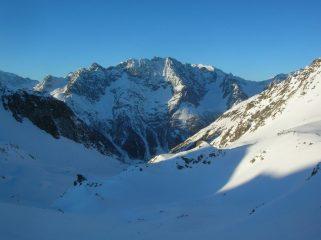 L' alta Comba di Verdona e, sullo sfondo, il gruppo del Monte Morion (3505m) in Valpelline visti dal Colle di Saint Barthelemy.