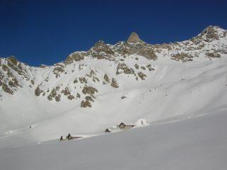 Alpe Champanement (2318m) e, sullo sfondo, l' ardita parete sud del Dente Meridionale di Vessona (3080m).