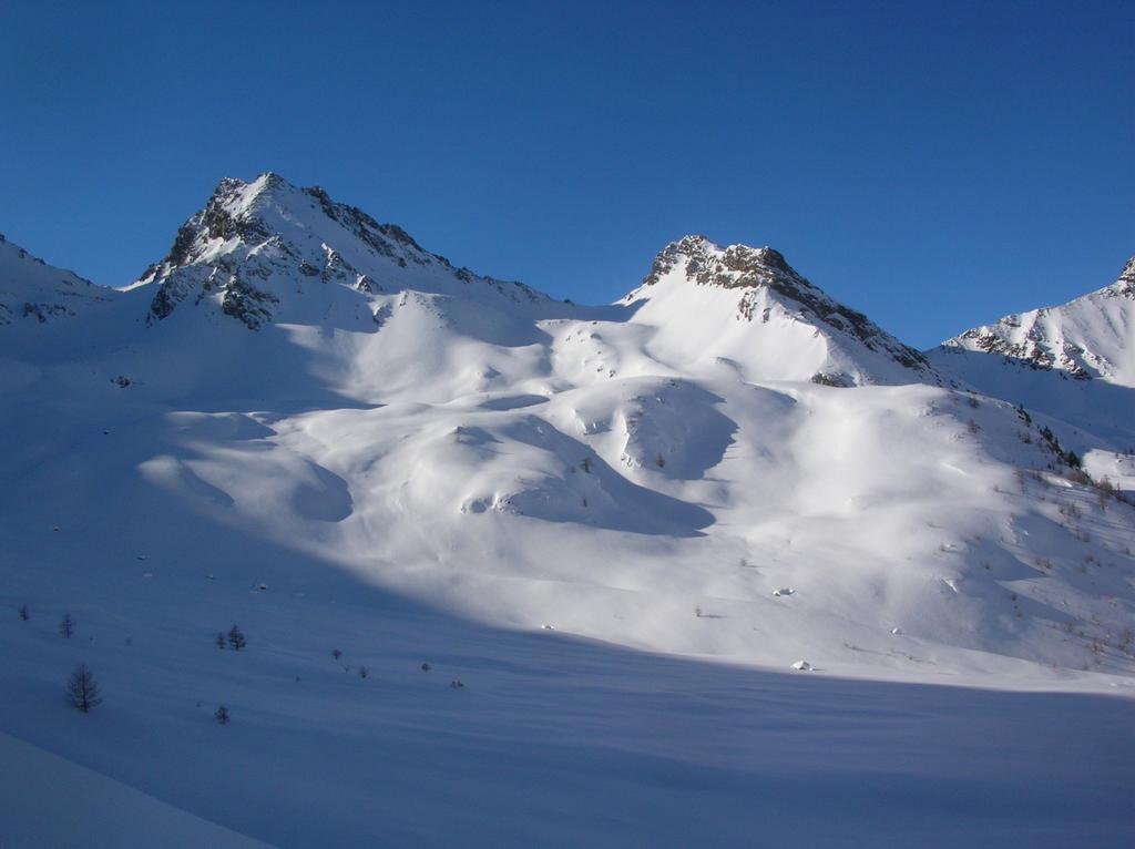 Il Colle di Vameà (2590m) tra Gran Coutà (2864m) a sinistra e Punta di Vameà (2685m) a destra.
