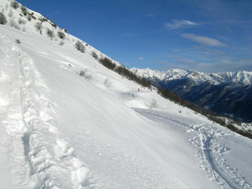 strada e scialpinista in arrivo da Monti