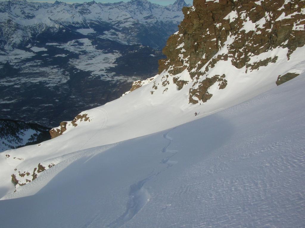 In discesa sulle fasce nevose sottostanti la cresta nord del Mont Ruvi.