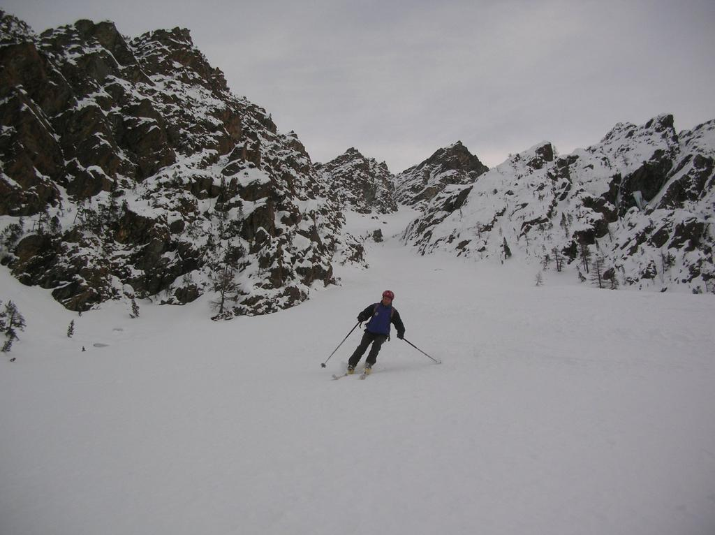 Sciatore-alpinista in piedi.