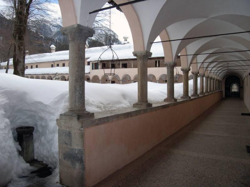 La Certosa semisepolta dalla neve