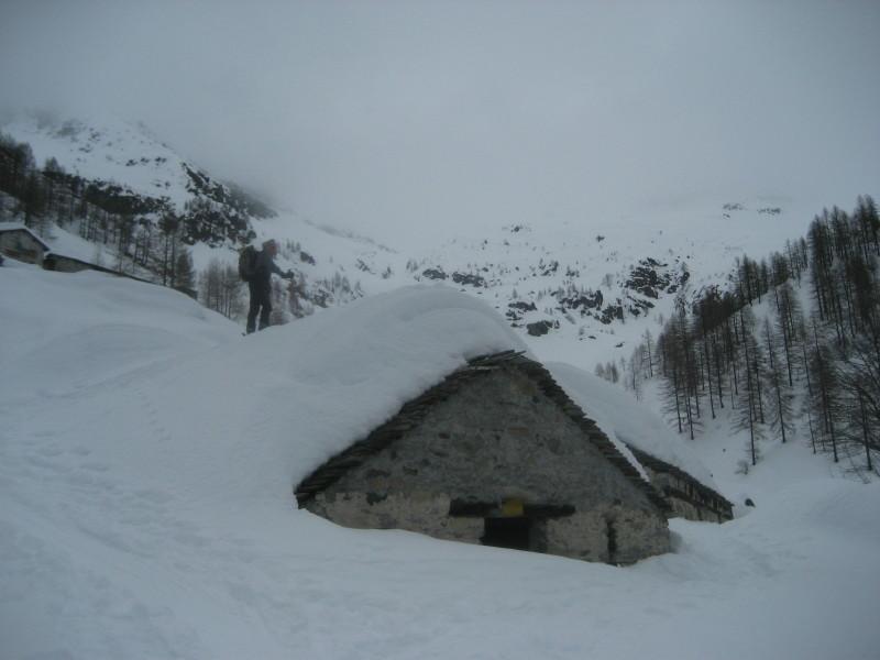 sci-alpinismo sui tetti delle baite
