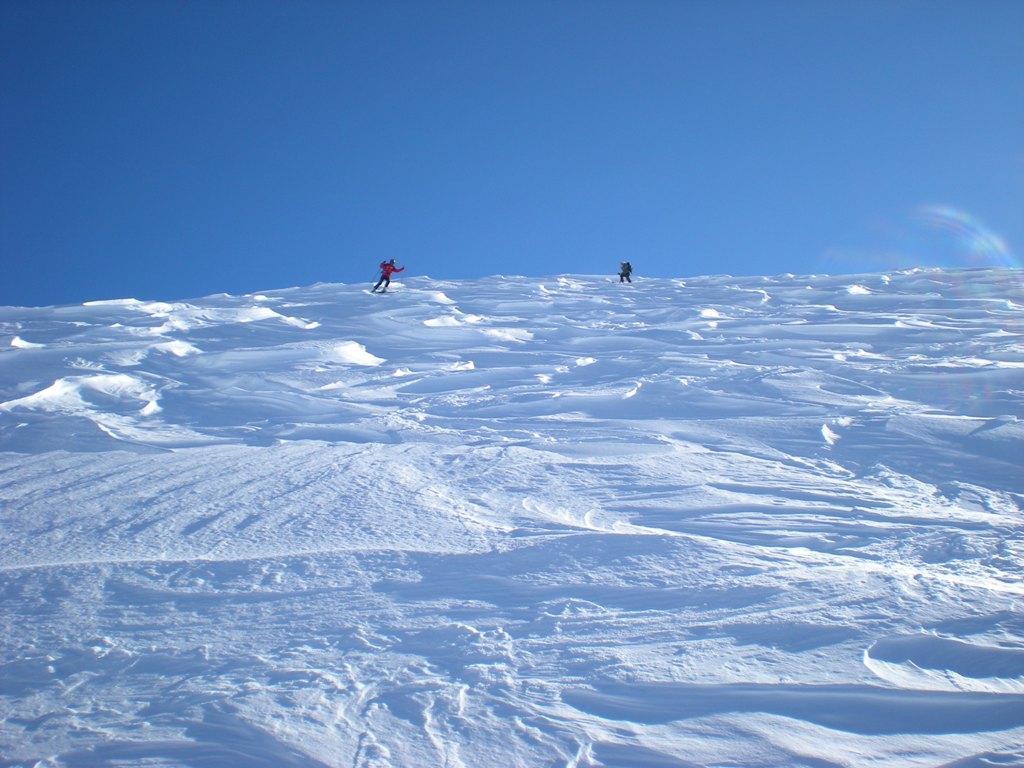 Stè e Sonia su neve leggermente ventata