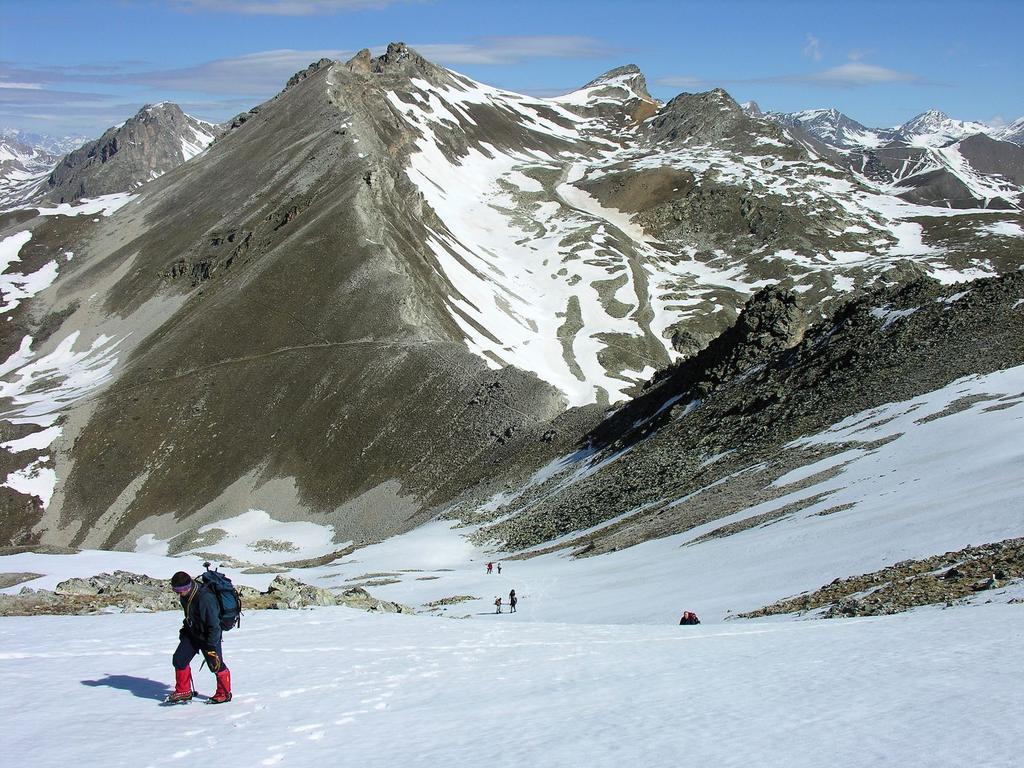 salendo lungo il versante Nord-Ovest del Monte Cervet, con il Colle di Rui al centro della foto (13-5-2007)