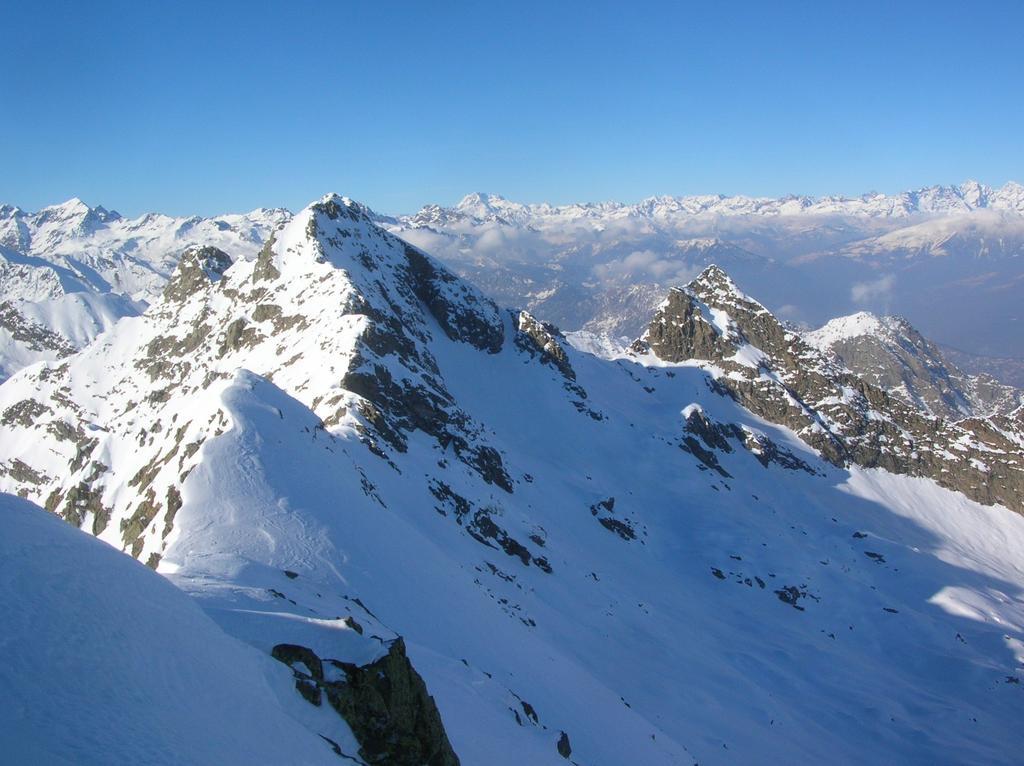 Il Bec delle Strie, la Bassa di Bonze e la Cima dei Camosci dalla cresta nord della Cima di Bonze.