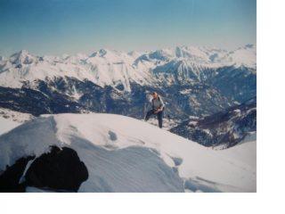Franco in vetta alla Rocher de L'Yret con dietro i monti Italiani.