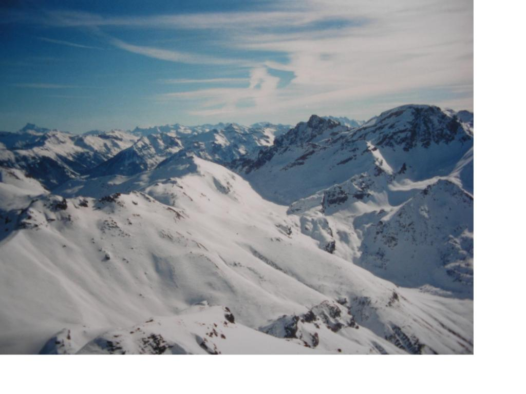 Al centro la bianca sommita' dell'Eychauda con il tondo panettone della Condamine a dx e il Monviso lontano in fondo a sx visti dalla vetta delle Rocher de L'Yret
