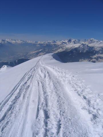In discesa, appena dopo la cresta, con sullo sfondo il M. Bianco