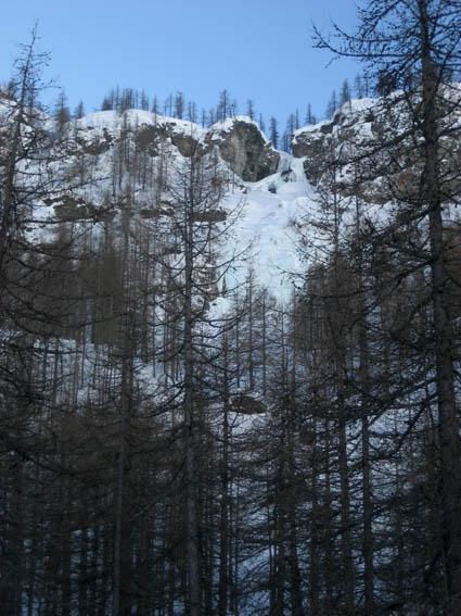 La cascata di Rocca Tovo sommersa dalla neve