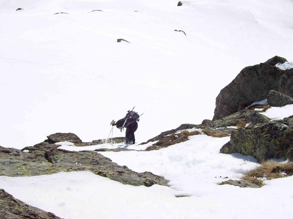 Passaggio con sci in spalla