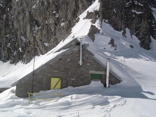 Il rifugio Giacoletti sommerso dalla neve