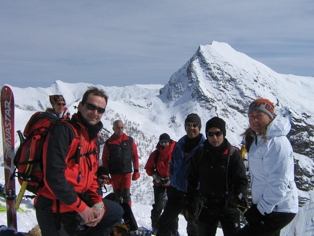 Foto di gruppo in vetta con La Bianca sullo sfondo