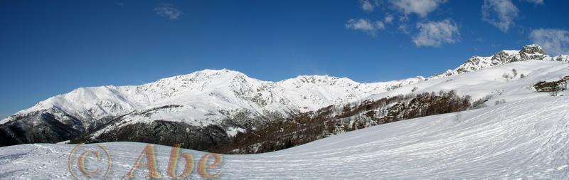 Colma di Mombarone a sinistra e Monte Mucrone a destra.