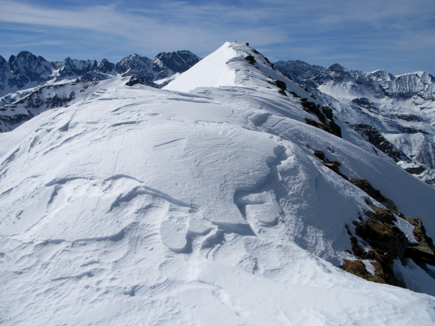 la cresta sommitale e la cima osservate dall'anticima