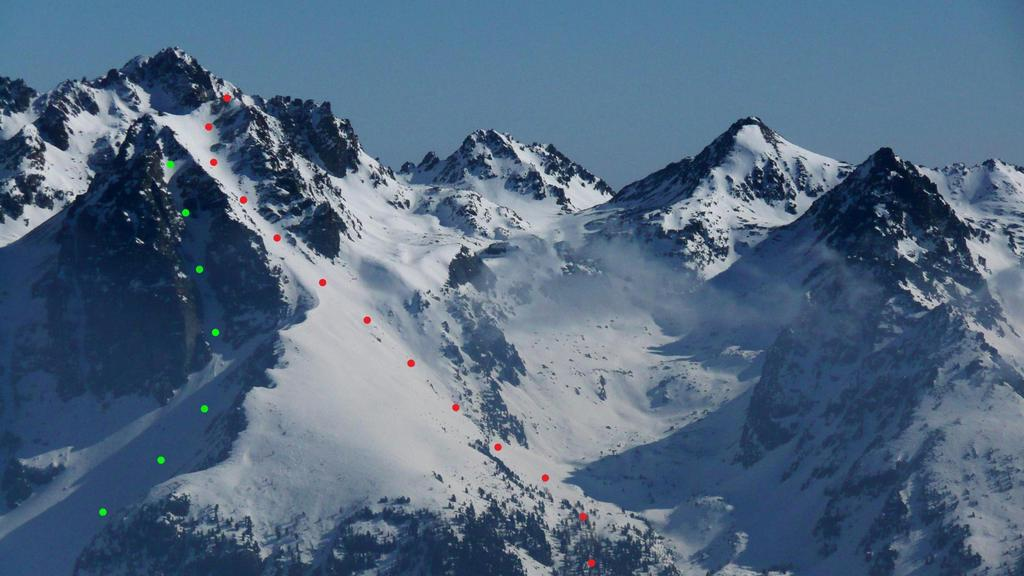 In rosso il canalone S-SO, in verde il canale SO. Foto scattata dal Monte Ferra.