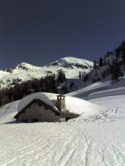 la baita a 1800m e la cima sullo sfondo, il colle e la cresta a sinistra.