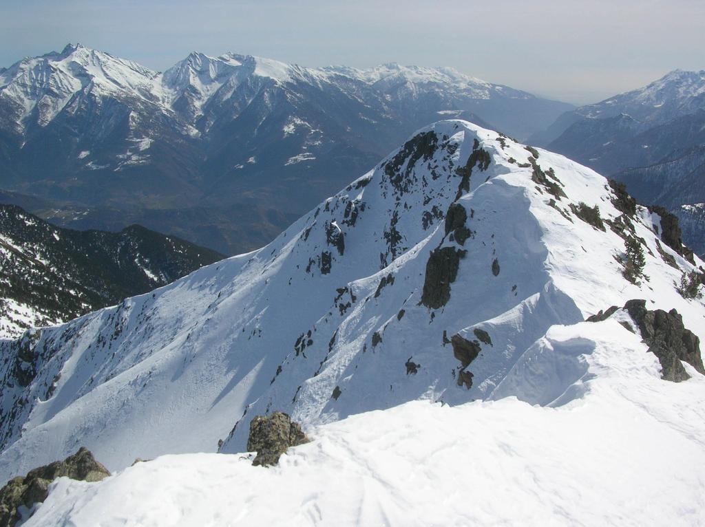 Anticima e cresta est visti dalla punta.