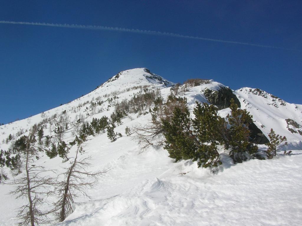 Cresta est ed anticima (a destra la sommità).