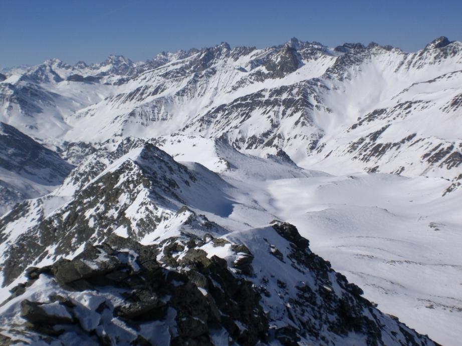 Dalla cima, il monte Lavigna, sulla cresta che separa il vallone di salita (a sx) da quello della Fiutrusa. Al centro della foto, il colle di Reisassetta, che mette in comunicazione i due valloni.