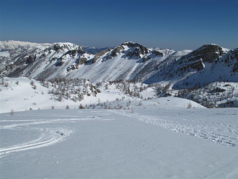 In discesa sulle Ciappe di Fontanalba, dietro la Rocca Rossa e la Bassa di Valauretta