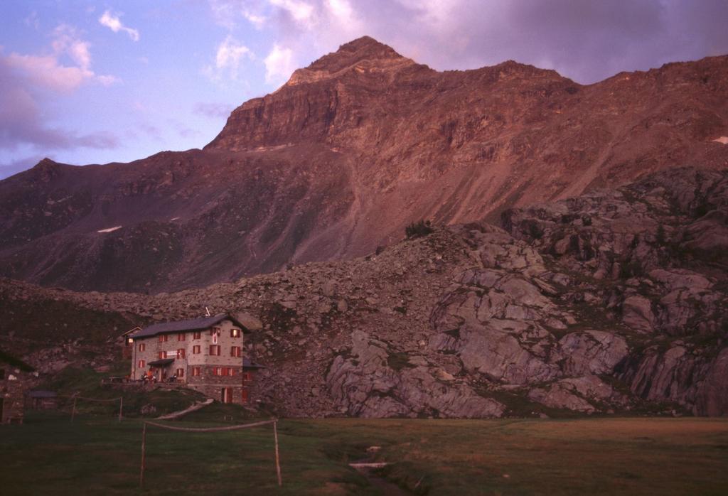 tramonto sul Pizzo Scalino dal Rifugio Cristina (7-8-2003)