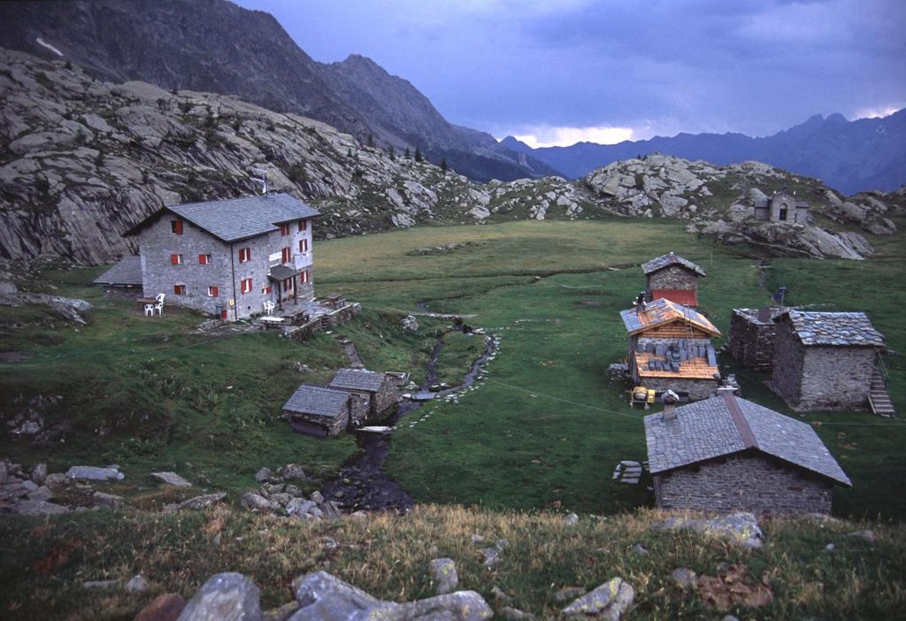 la conca erbosa di Prabello e il Rifugio Cristina (7-8-2003)