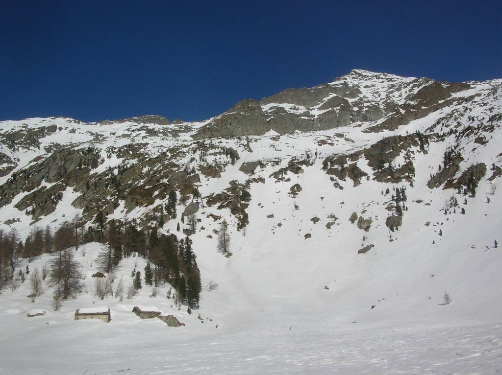 L' Alpe Methia e, sullo sfondo, la Becca di Vlou con la sua cresta sud.