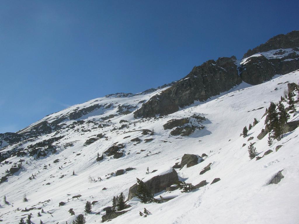 La base della cresta sud della Becca di Vlou ai cui piedi si trova l' Alpe di Vlou superiore (2363m).