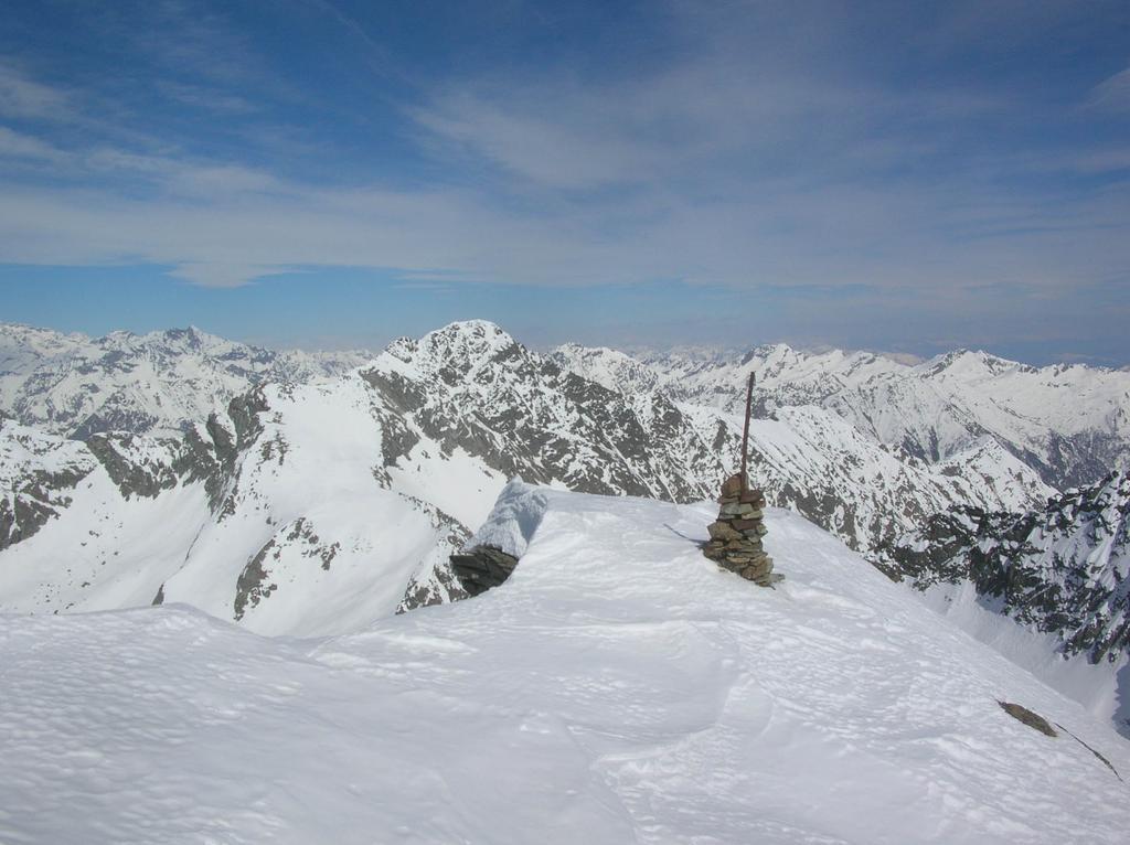 La cima della Becca di Vlou con, sullo sfondo, il Mont Nery.