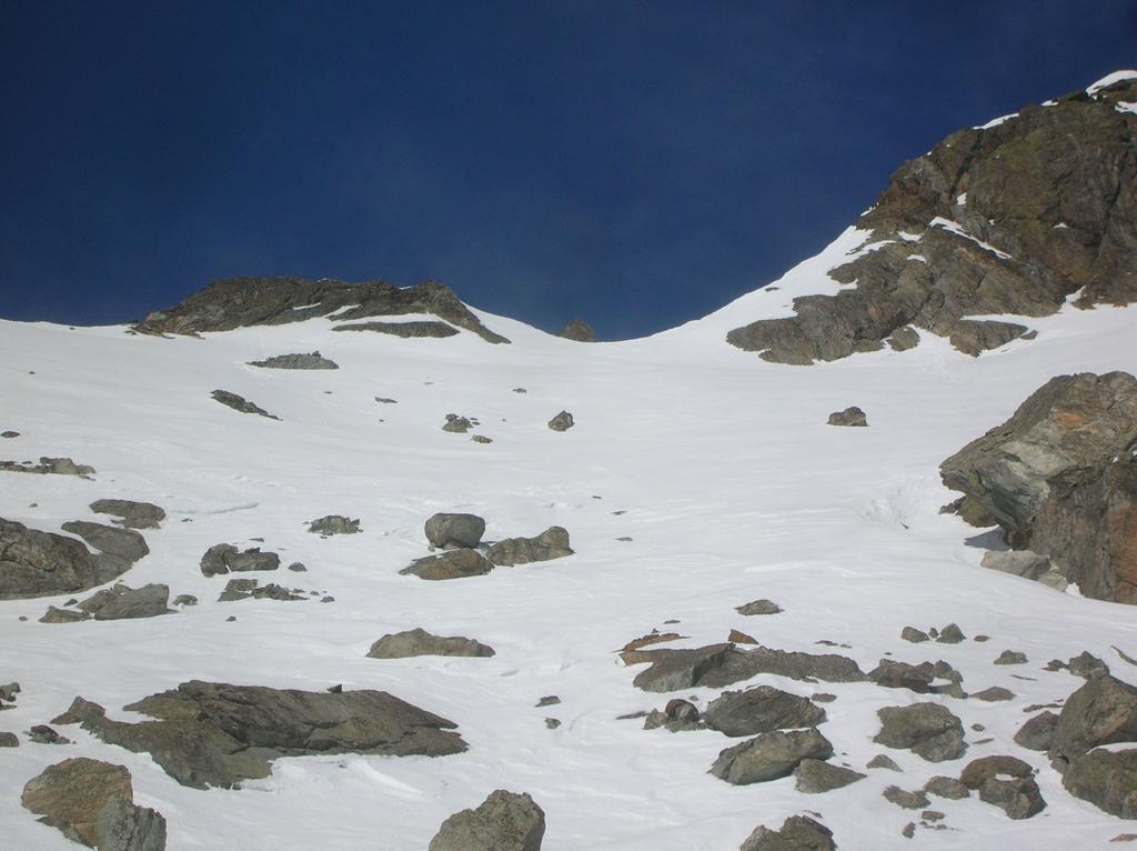 L' ultimo pendio che adduce alla cresta ovest della Becca di Vlou: si individua il caratteristico dentino roccioso triangolare dove si lasciano gli sci.