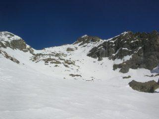 Il valloncello che conduce all' insellatura che separa la Becca Torché (a sinistra) dalla Becca di Vlou (a destra).