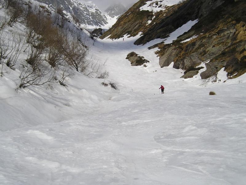 Il canale del torrente stracolmo di neve