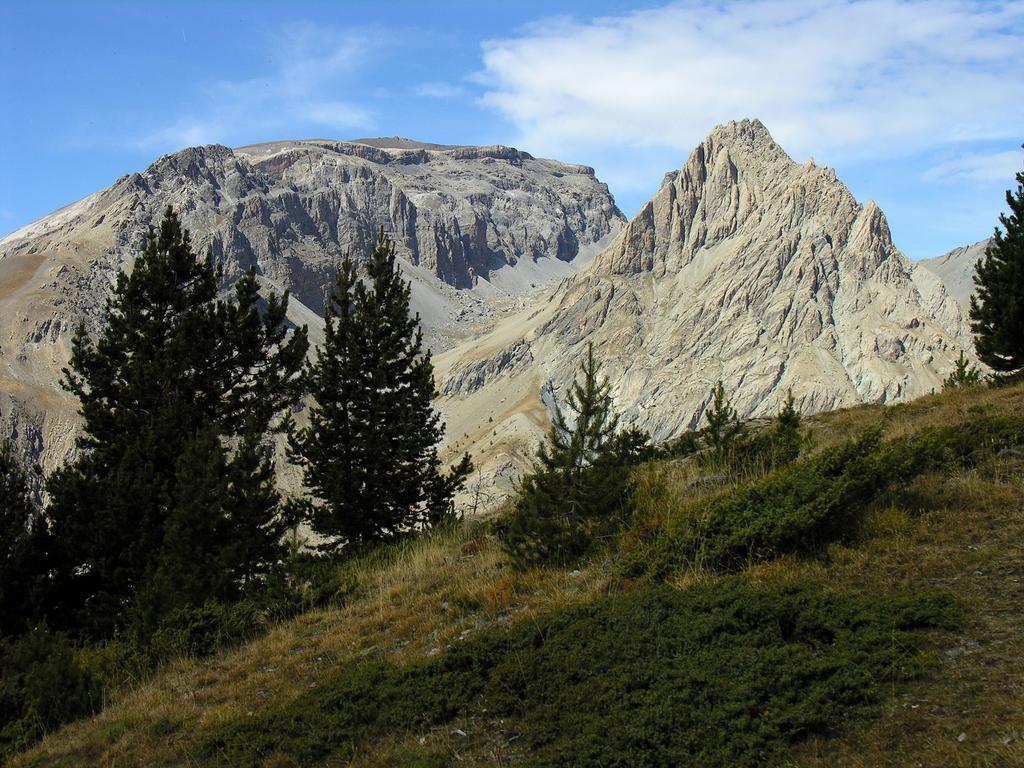 Sommet de la Mortice m. 3189 (a sinistra) e Sommet Rouge m. 2850 (a destra) osservati dal pianoro erboso di quota m. 2460 lungo il sentiero che porta al Refuge de Chambeyron (22-9-2007)