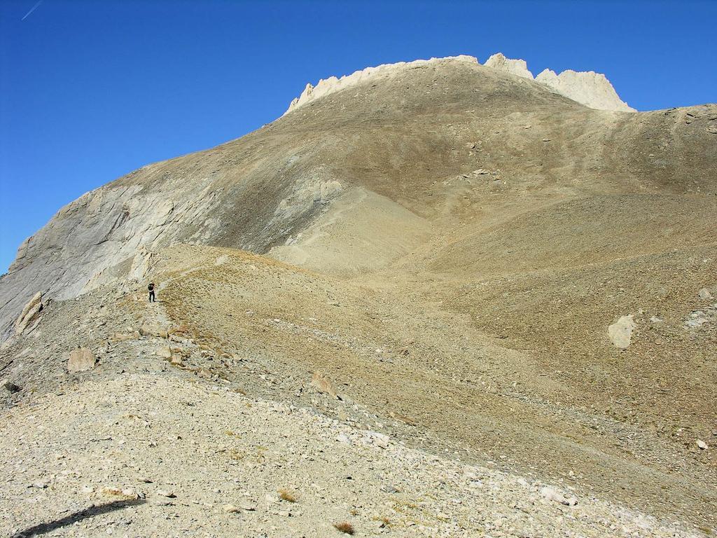 la nostra meta, la Pointe d'Aval m. 3325 osservata dal Pas de la Souvagea (22-9-2007)
