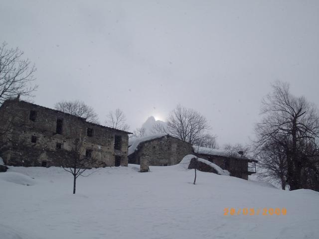 nevica ma il sole fa capolino dietro l'Aquila