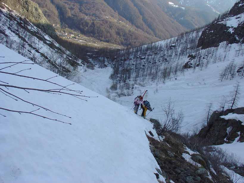 Sopra la cascata si ricalzano gli sci