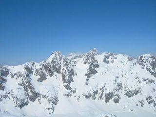 Tra la Chamineye ed il Clapier, sullo sfondo, le due cime del Gelàs