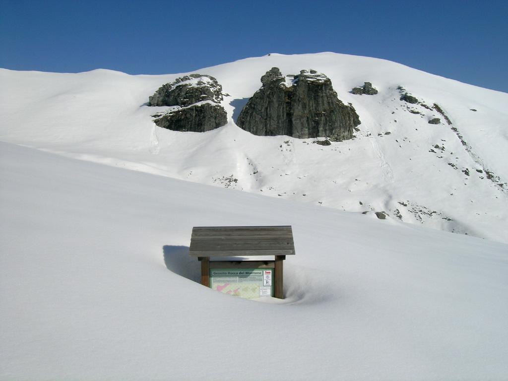 La rocca del Montone, con il cartello ancora quasi sommerso....