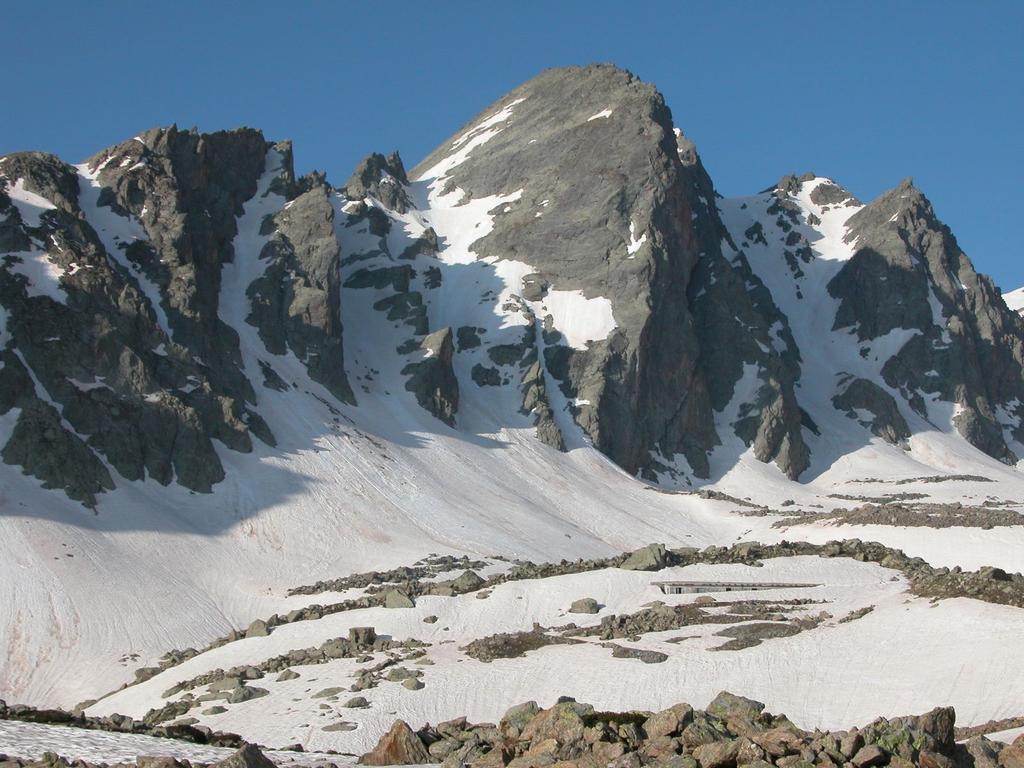 la Rocca Rossa vista dal Vallone del Piz (1-6-2003)