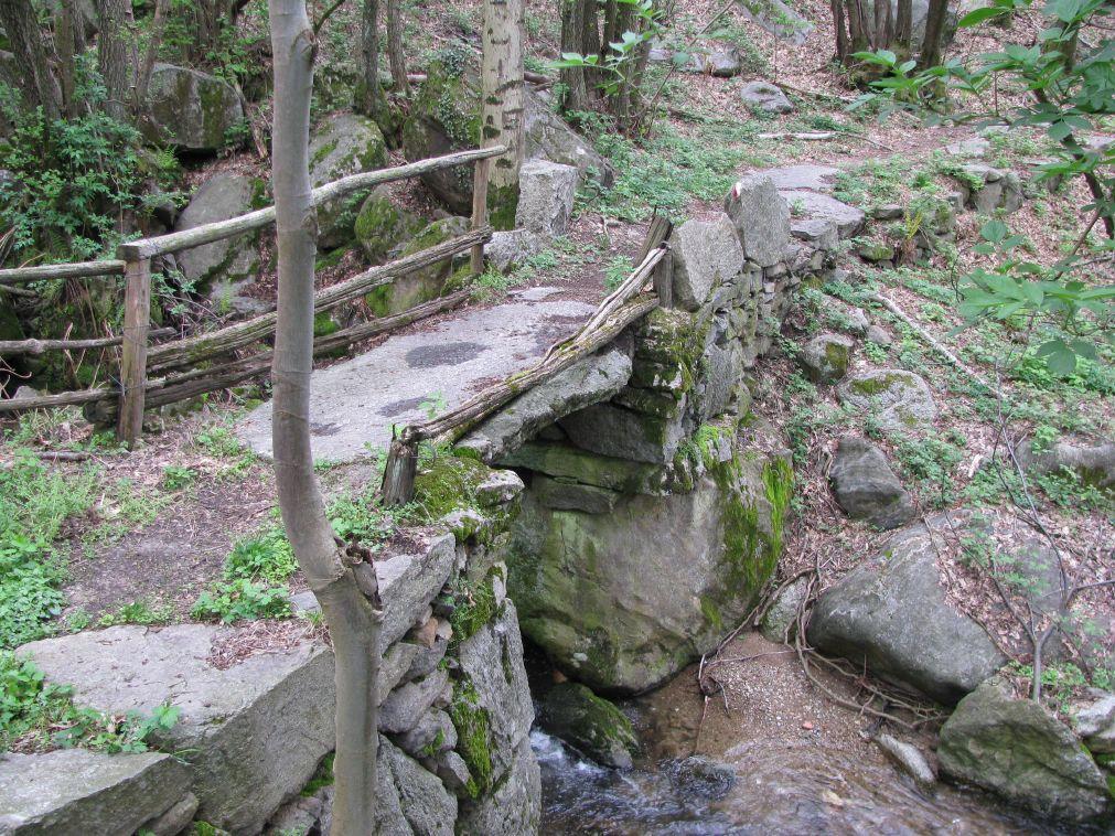 Il bel ponte in pietra, sul Rio Gallina, nei pressi di Giandrè