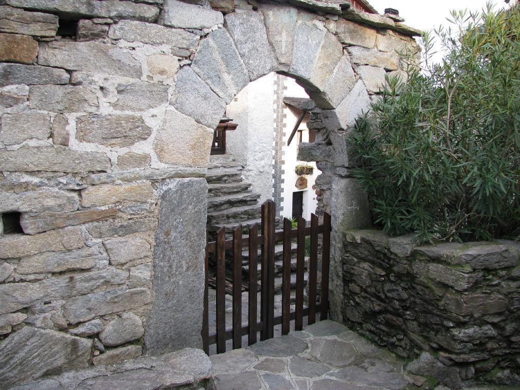 Un bel portale alla borgata Navetta inferiore